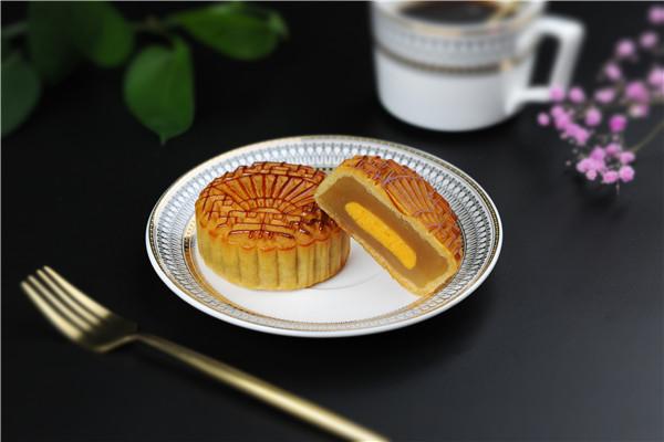 蓝白食品蛋黄莲蓉月饼